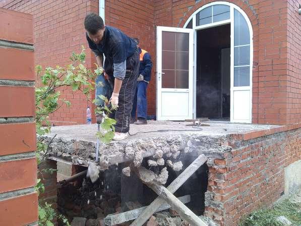 Демонтаж. Слом стен отбойным молотком. Отверстия