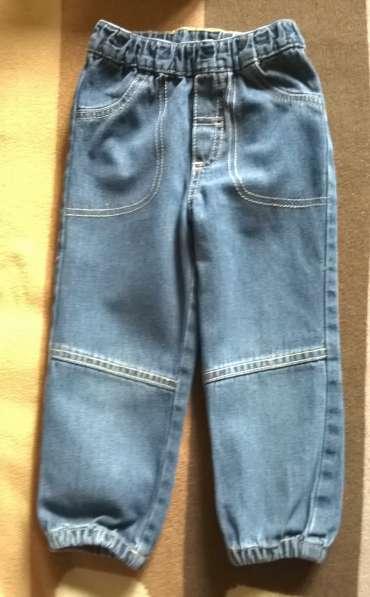Брюки джинсовые, трикотажные штанишки и толстовка
