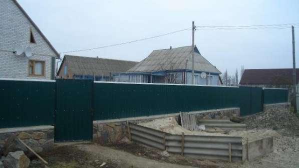 Установка заборов для дома и дачи из профнастила в Коростень