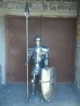 Скульптура рыцаря из металла