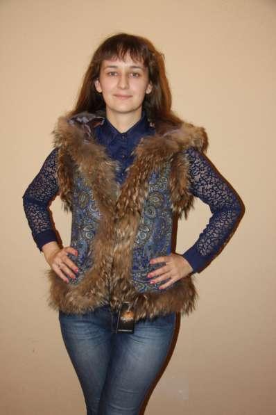 Женская жилетка из павлопосадского платка с натуральным мехо