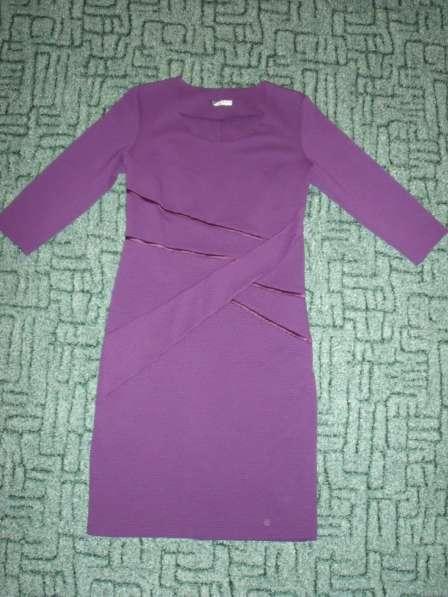 Платья разной расцветки и фасона