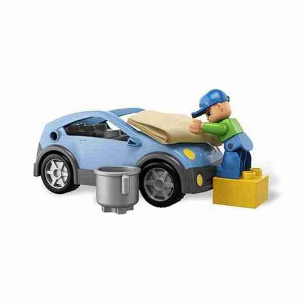 Мойщик автомобилей на автомойке