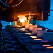 Работники на литейный завод на процесс оцинковки, в г.Заверце