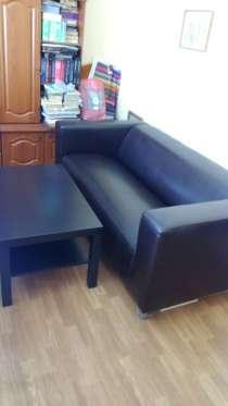 Продам темно-коричневый кожаный диван, журнальный столик, в Красноярске