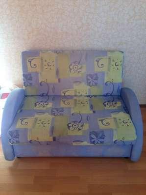Рабочий стол, кресло и раскладной диван