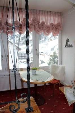 Гостиница в центре города-курорта Лойкербад в Альпах