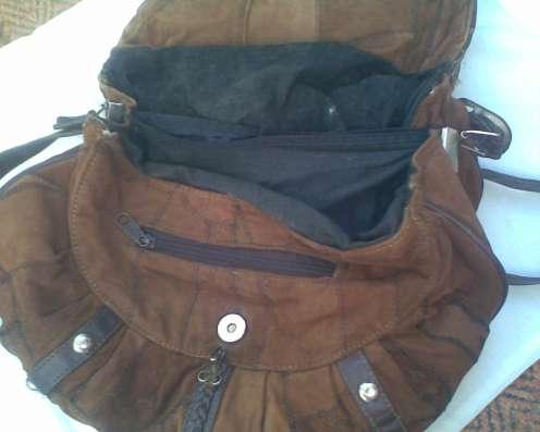 Замшевая сумочка, отделанную коричневой натуральной кожей
