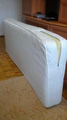 кровать двухярусная и 2 матраса
