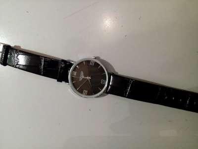 Часы на черном ремешке
