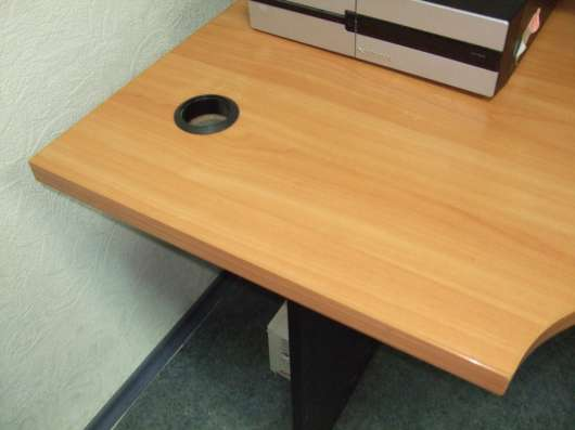Стол офисный с эргономичной столешницей