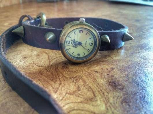 Часы на длинном ремешке