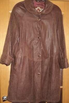 Кожаное пальто с капюшоном и с поясом